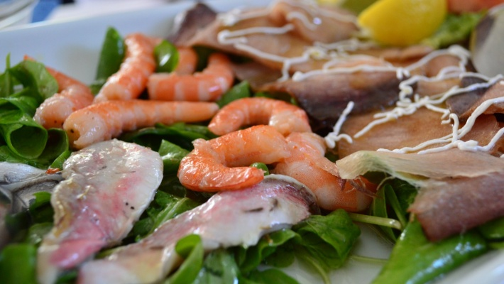 raw-fish-plate-with-ruccola